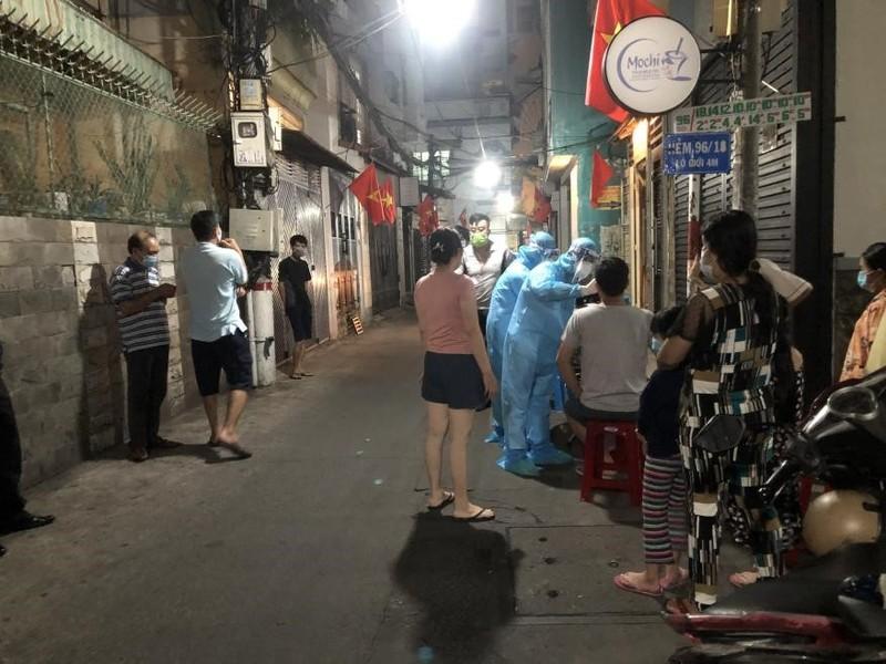 TP.HCM xuyên đêm lấy mẫu xét nghiệm COVID-19 ở chợ, nhà trọ - ảnh 7