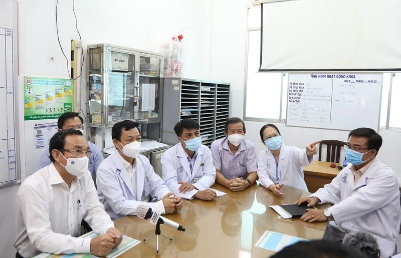 Bí thư Thành ủy Nguyễn Văn Nên thăm chiến sĩ công an bị nhiễm COVID-19 nặng - ảnh 1
