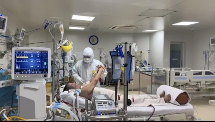 Bệnh nhân COVID tiên lượng rất xấu ở TP.HCM đã tỉnh táo, tiếp xúc tốt  - ảnh 1