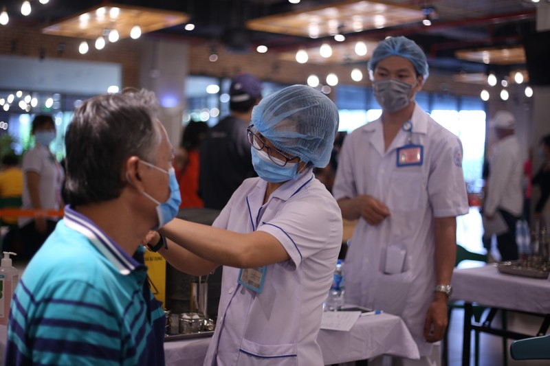 TP.HCM tiêm vaccine COVID-19 cho hơn 8.500 công nhân - ảnh 1