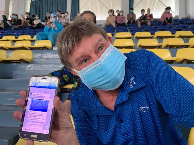 Người nước ngoài, dân lao động phấn khởi đi tiêm vaccine không cần đăng ký trước - ảnh 2