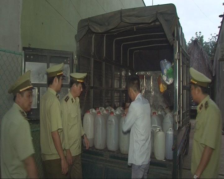 Bắt xe tải chở hơn 300 lít rượu không rõ nguồn gốc  - ảnh 1