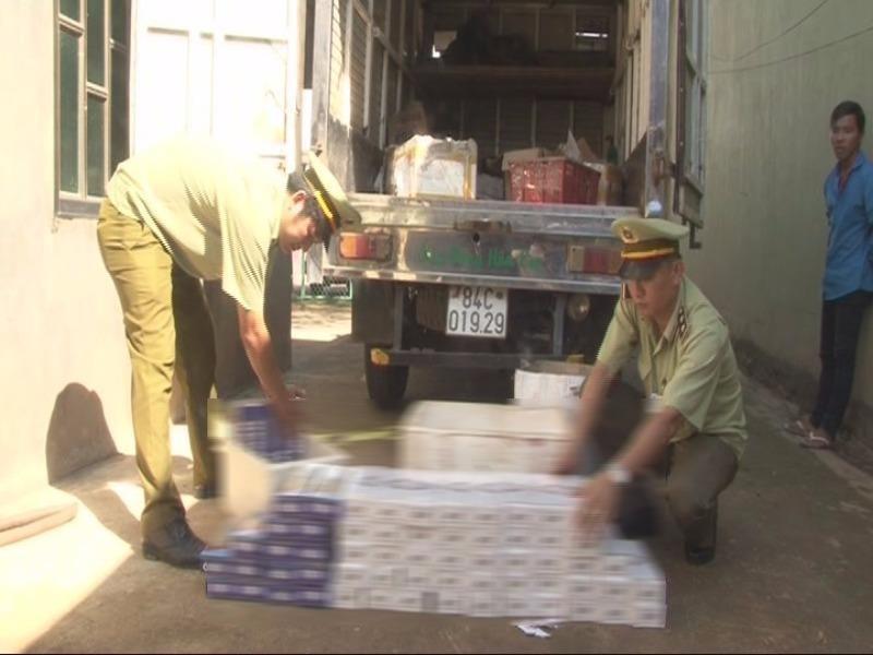 Bắt giữ xe tải chở 700 gói thuốc lá lậu - ảnh 1
