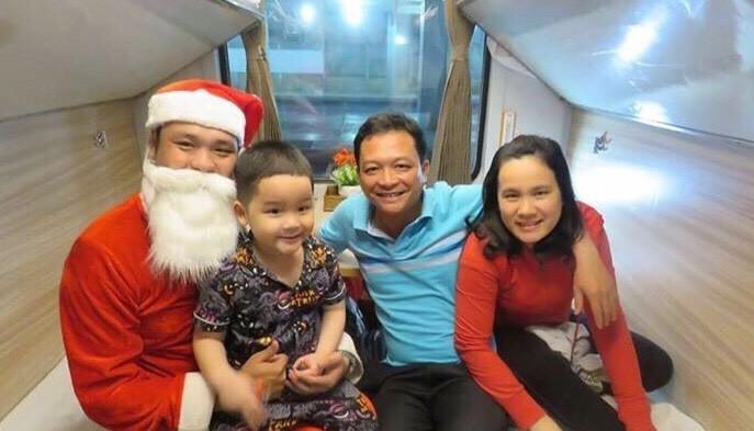 Hành khách đi tàu hỏa được ông già Noel tặng quà - ảnh 2
