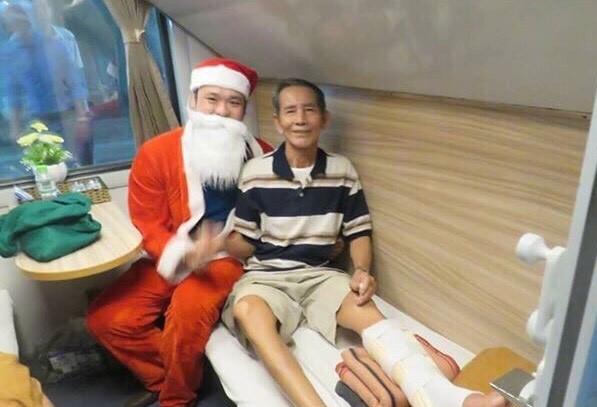 Hành khách đi tàu hỏa được ông già Noel tặng quà - ảnh 3
