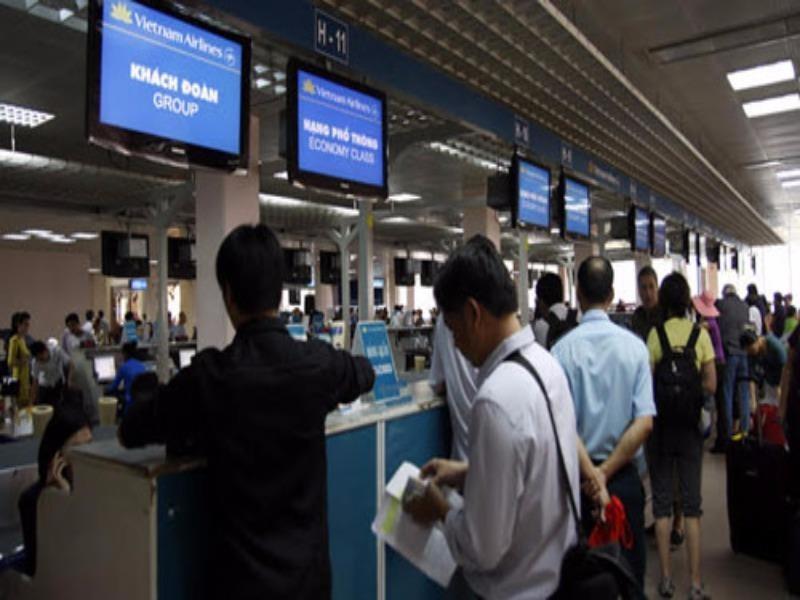 Từ 1-10, khách đi máy bay tốn thêm tiền vì mức phí mới - ảnh 1
