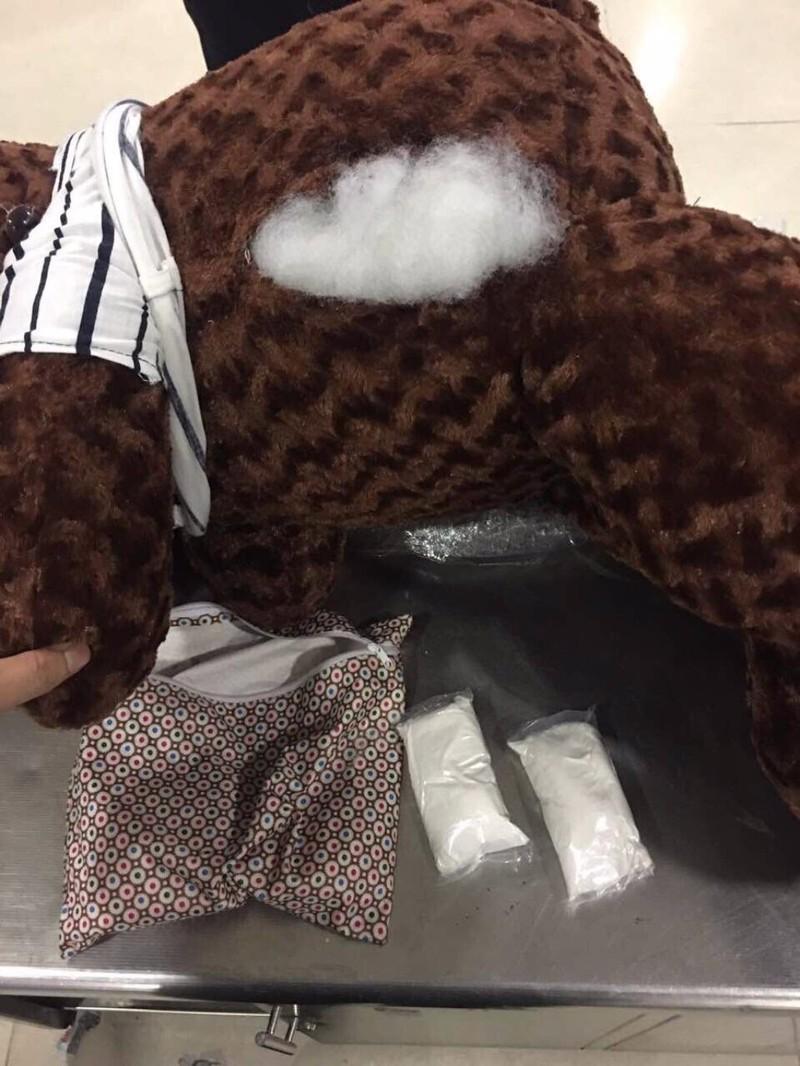 Bắt đối tượng giấu ma túy trong gấu bông tại TSN - ảnh 1