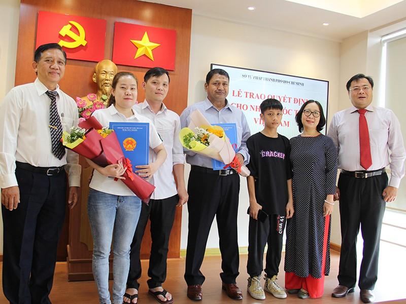 Niềm vui của 2 người vừa nhập quốc tịch Việt Nam - ảnh 1