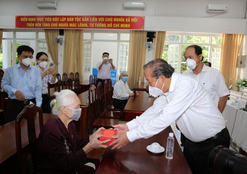 Phó Thủ tướng Trương Hòa Bình thăm, tặng quà người có công ở TP.HCM - ảnh 1