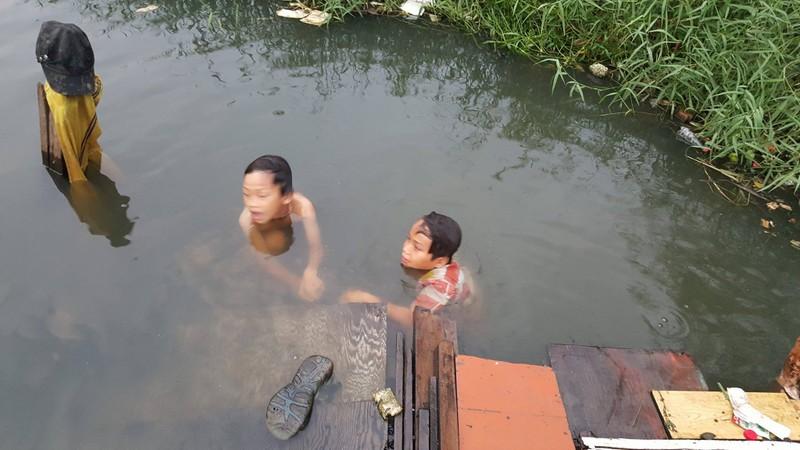 Chùm ảnh: Gia đình 17 người bên dòng kênh đen - ảnh 2