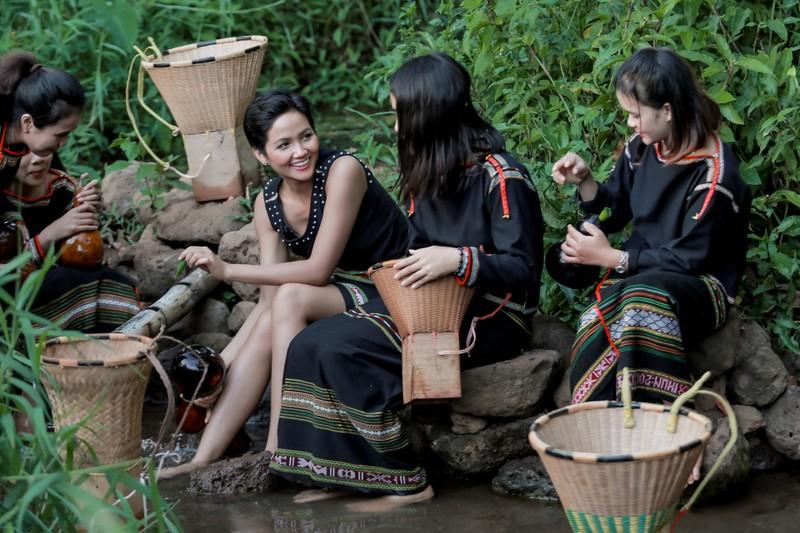 Hoa hậu H'Hen Niê về quê hái cà phê - ảnh 3