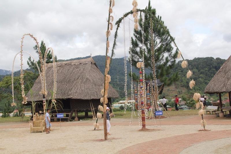 Một cây nêu được dựng tại lễ hội