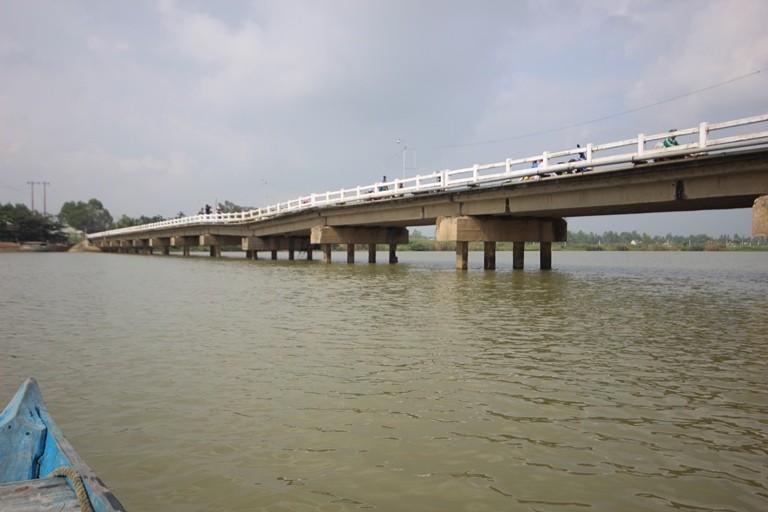 Cầu Hà Tân sụt lún nặng, dân thấp thỏm lo sập - ảnh 1