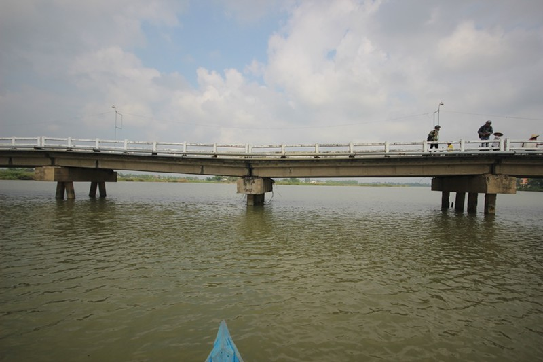 Cầu Hà Tân sụt lún nặng, dân thấp thỏm lo sập - ảnh 2