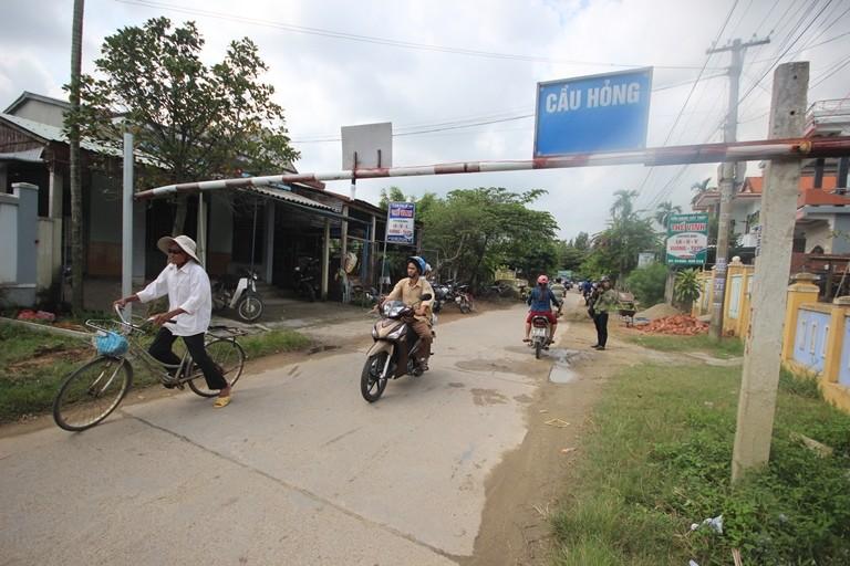 Cầu Hà Tân sụt lún nặng, dân thấp thỏm lo sập - ảnh 3