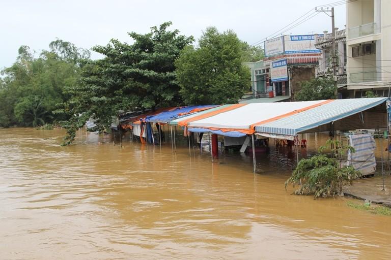 Quảng Nam: Hối hả dọn lũ từ tờ mờ sáng - ảnh 14