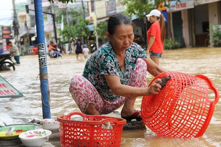 Quảng Nam: Hối hả dọn lũ từ tờ mờ sáng - ảnh 5
