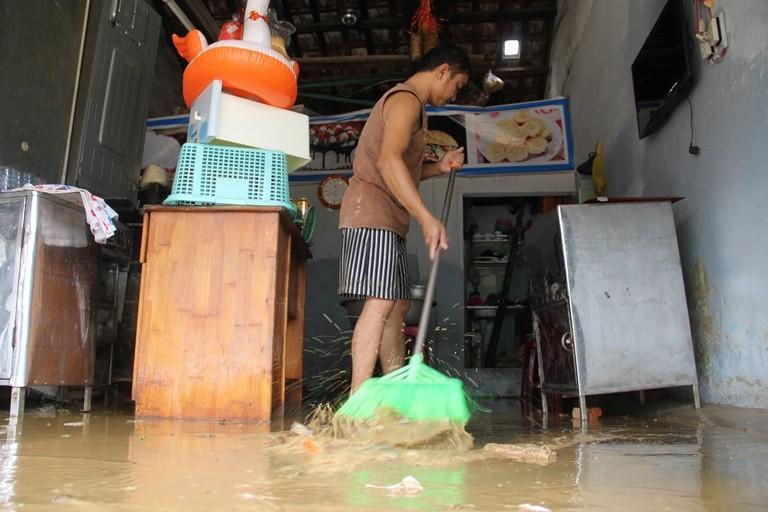 Quảng Nam: Hối hả dọn lũ từ tờ mờ sáng - ảnh 6