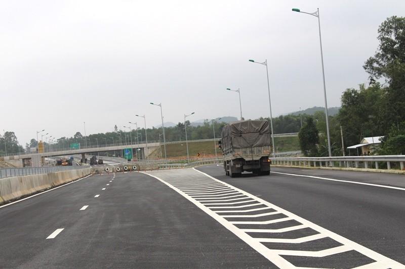 Quốc lộ 40B quá tải, nát bươm vì cao tốc - ảnh 11