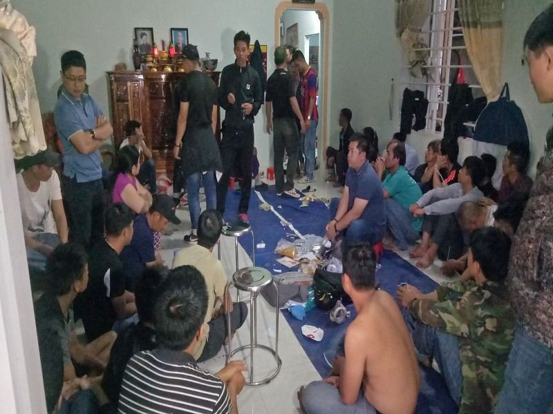 Cảnh sát phá cửa bắt 44 người chơi xóc đĩa - ảnh 1