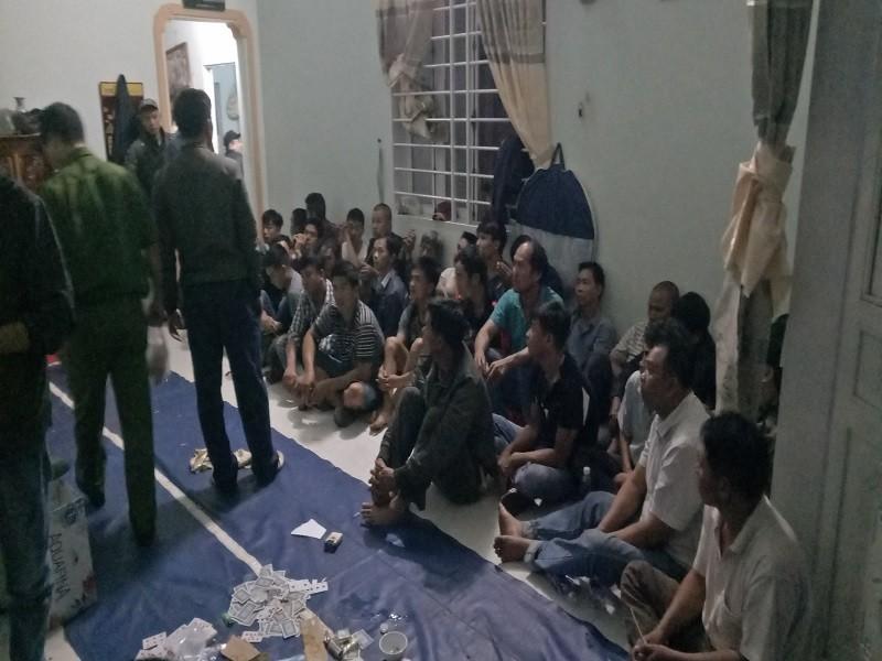 Cảnh sát phá cửa bắt 44 người chơi xóc đĩa - ảnh 2
