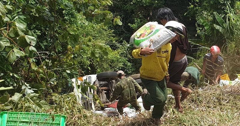 Người dân phụ giúp xe chở phân bị rơi xuống vực - ảnh 1