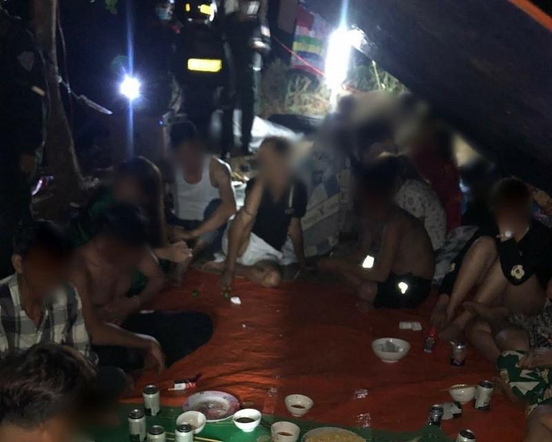 20 người tụ tập ăn nhậu tại một thác nước trong đêm - ảnh 1