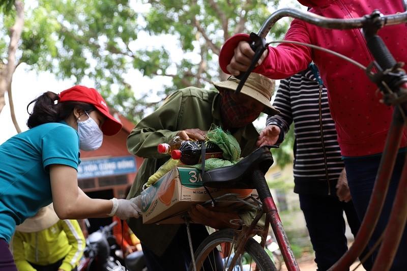 Hàng trăm bao gạo và nhu yếu phẩm đến tay người nghèo - ảnh 4