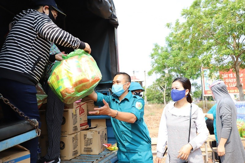Hàng trăm bao gạo và nhu yếu phẩm đến tay người nghèo - ảnh 1