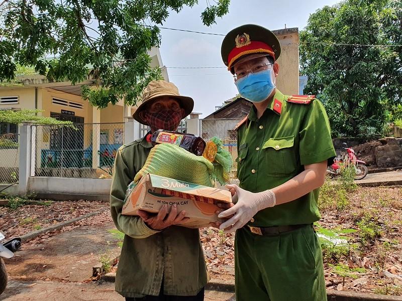 Hàng trăm bao gạo và nhu yếu phẩm đến tay người nghèo - ảnh 3