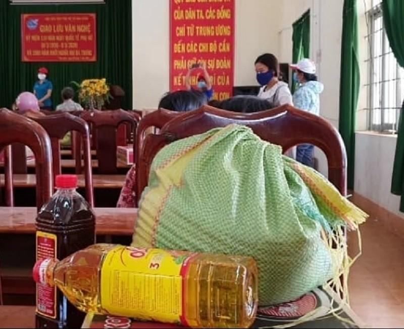 Hàng trăm bao gạo và nhu yếu phẩm đến tay người nghèo - ảnh 6
