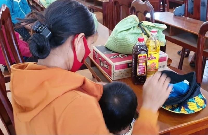 Hàng trăm bao gạo và nhu yếu phẩm đến tay người nghèo - ảnh 7