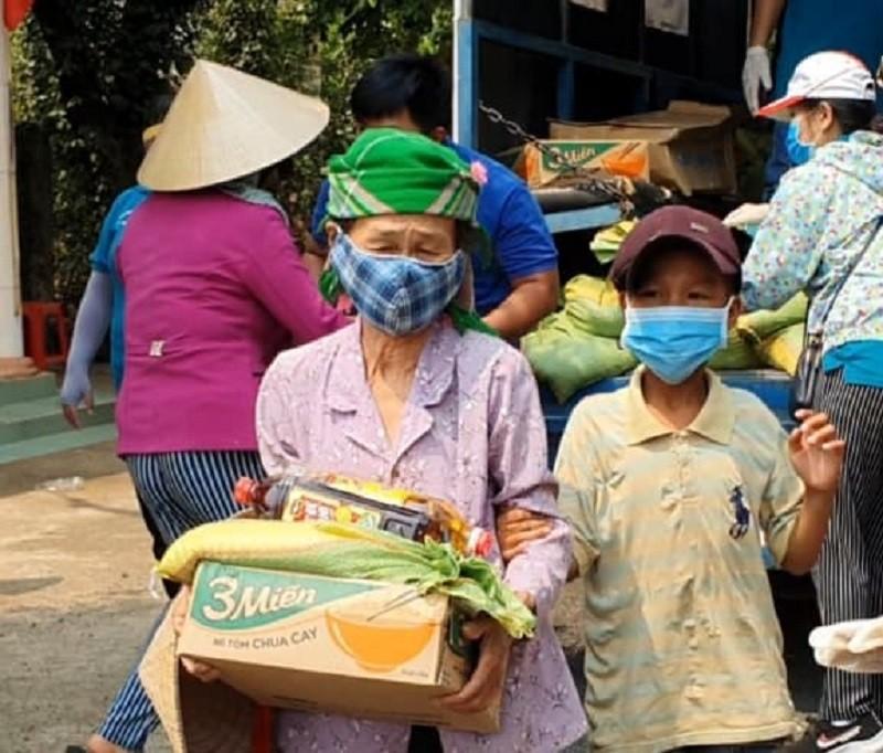 Hàng trăm bao gạo và nhu yếu phẩm đến tay người nghèo - ảnh 5