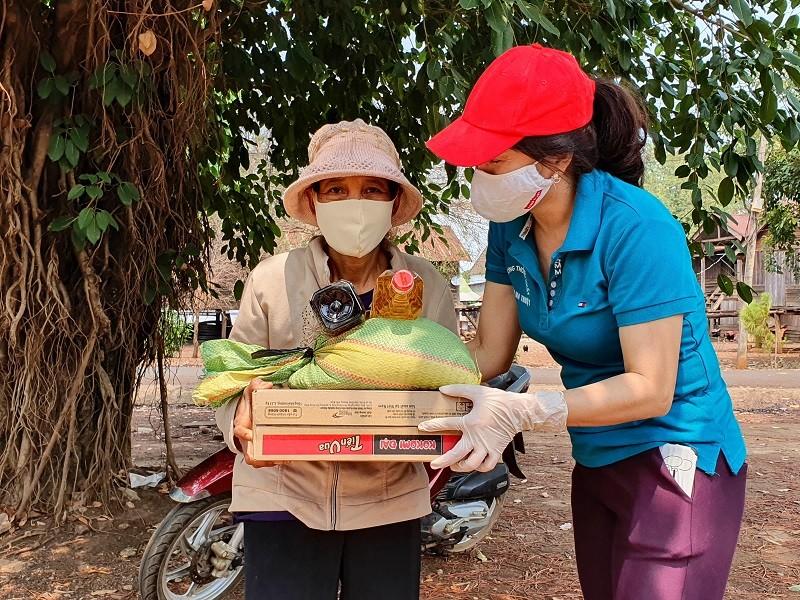 Hàng trăm bao gạo và nhu yếu phẩm đến tay người nghèo - ảnh 2