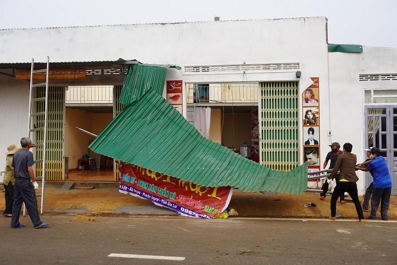 Gia Lai: Hơn chục căn nhà bị lốc làm tốc mái - ảnh 1