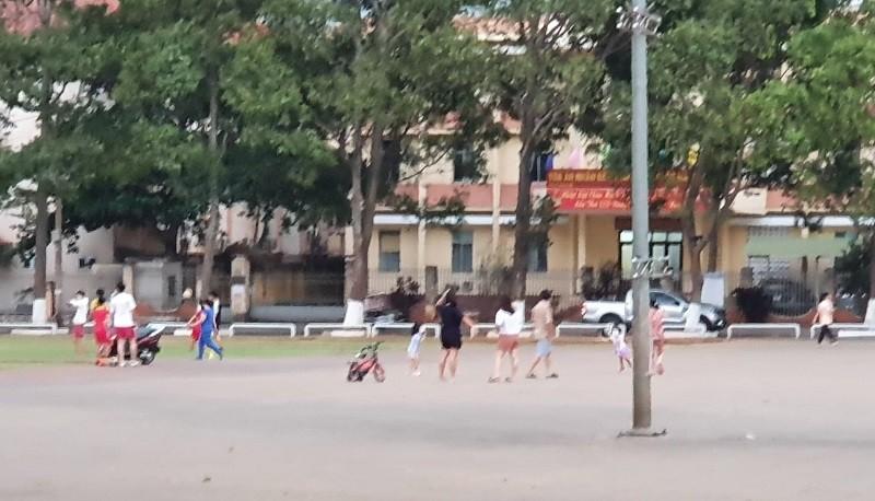 Đắk Lắk: Quảng trường, sân tenis… vẫn đông người - ảnh 1