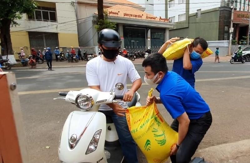 Hàng trăm người xếp hàng nhận gạo tại 'ATM nghĩa tình' - ảnh 9