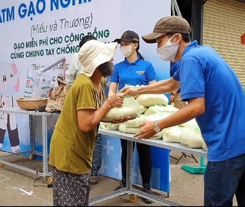 Hàng trăm người xếp hàng nhận gạo tại 'ATM nghĩa tình' - ảnh 8