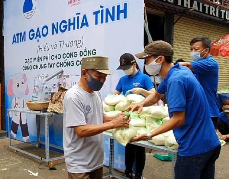 Hàng trăm người xếp hàng nhận gạo tại 'ATM nghĩa tình' - ảnh 6