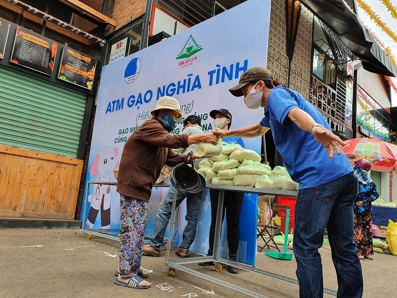 Hàng trăm người xếp hàng nhận gạo tại 'ATM nghĩa tình' - ảnh 5