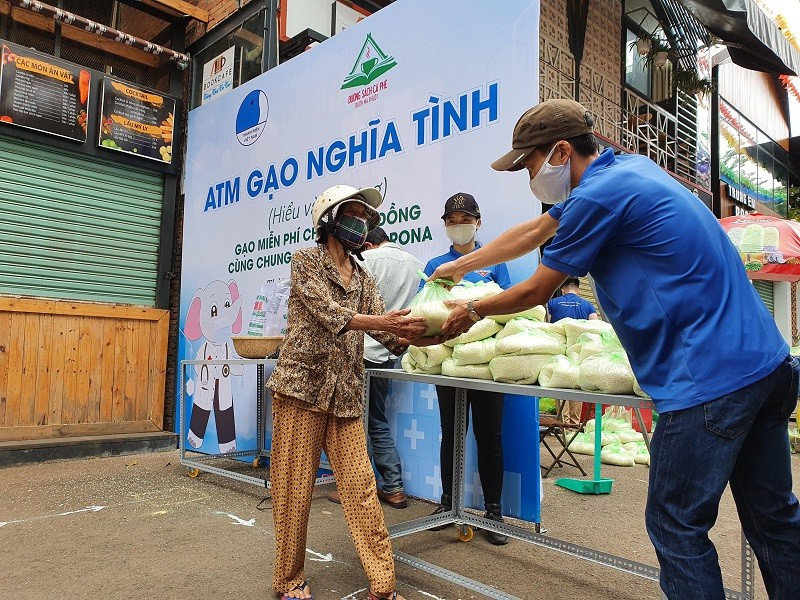 Xúc động cụ bà gần 70 tuổi đến 'ATM gạo' để góp 2 kg gạo - ảnh 3