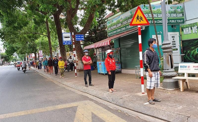 Hàng trăm người xếp hàng nhận gạo tại 'ATM nghĩa tình' - ảnh 1