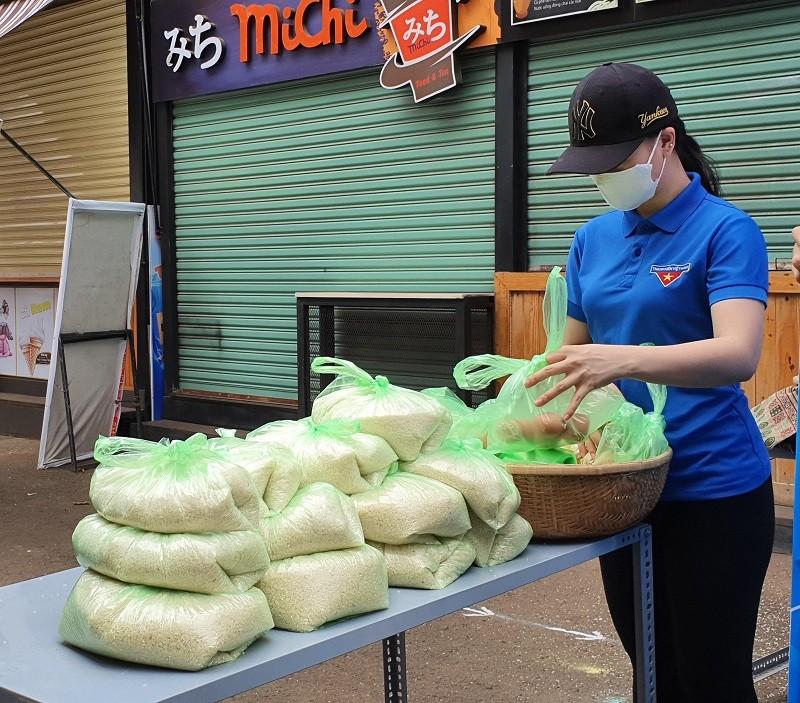 Hàng trăm người xếp hàng nhận gạo tại 'ATM nghĩa tình' - ảnh 4