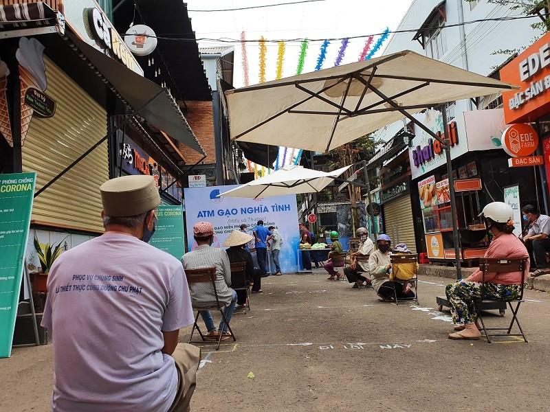 Hàng trăm người xếp hàng nhận gạo tại 'ATM nghĩa tình' - ảnh 3