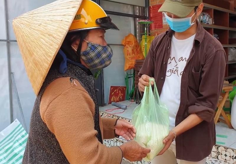Xúc động cụ bà gần 70 tuổi đến 'ATM gạo' để góp 2 kg gạo - ảnh 1