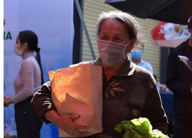 Xúc động cụ bà gần 70 tuổi đến 'ATM gạo' để góp 2 kg gạo - ảnh 2