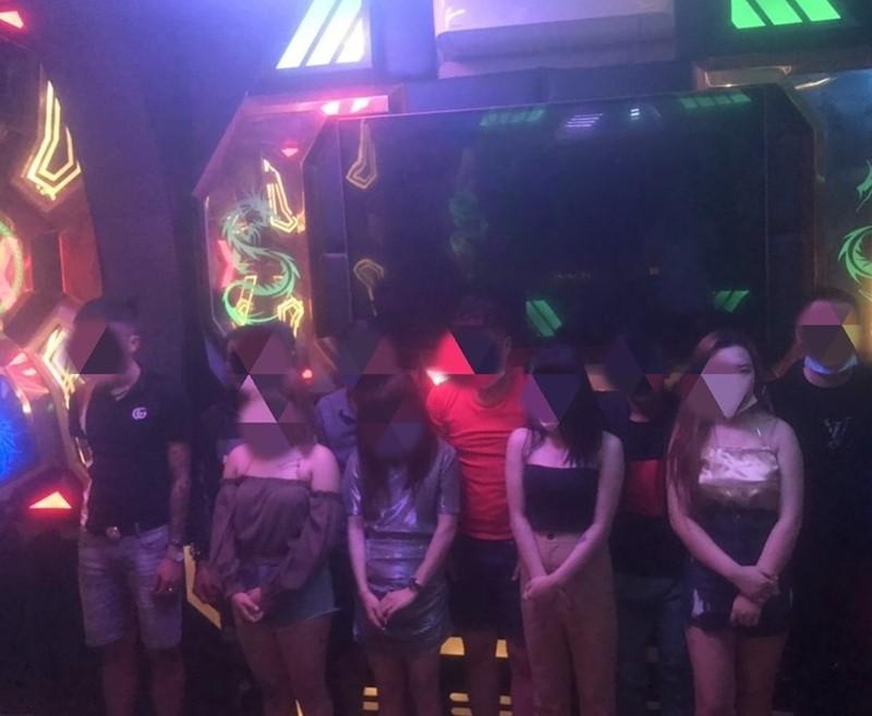 Hàng chục nam nữ chơi ma túy ở quán karaoke - ảnh 1