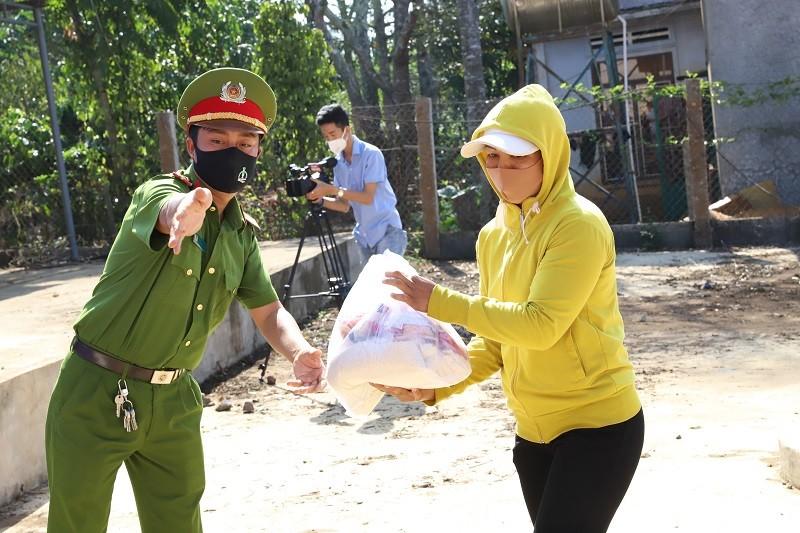 Hơn 120 tấn gạo đến tay người nghèo Đắk Lắk - ảnh 2