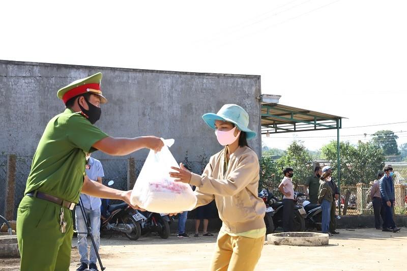 Hơn 120 tấn gạo đến tay người nghèo Đắk Lắk - ảnh 1
