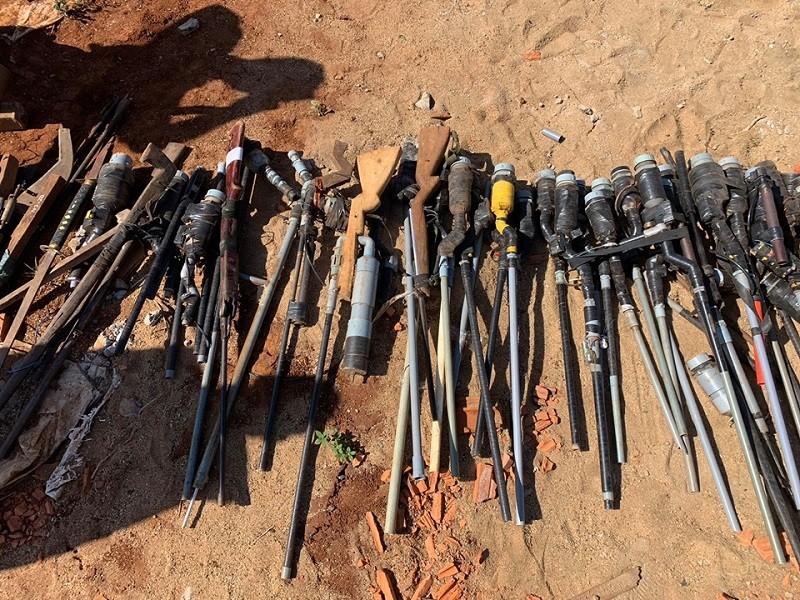 Người dân giao nộp nhiều súng, kiếm, mã tấu cho công an - ảnh 1
